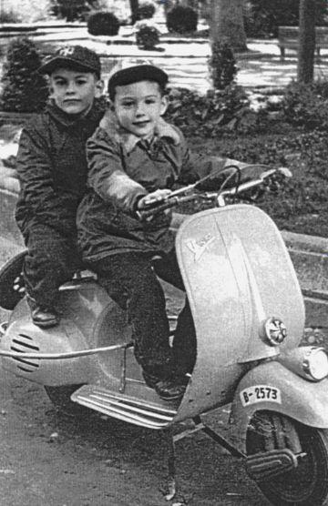 Javier Marías, al volante; detrás, su hermano Fernando. Soria, 1959.