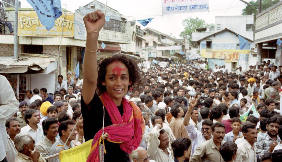 Arundhati Roy, en 1999 en un acto de protesta contra la construcción de una presa en India.