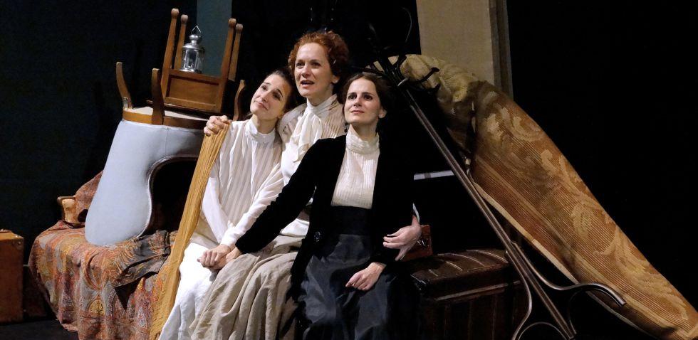 De izquierda a derecha, Ariana Martínez, Victoria Dal Vera y María Pastor en la obra 'Tres hermanas' de Chéjov.
