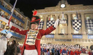 El tambor mayor de Gaztelubide, José Ramón Mendizabal, dirige el inicio de la fiesta donostiarra.