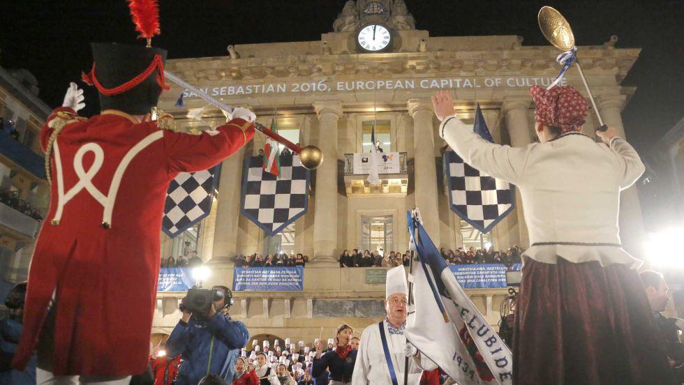 Momento de la izada de la bandera de San Sebastián en la plaza de la Constitución.