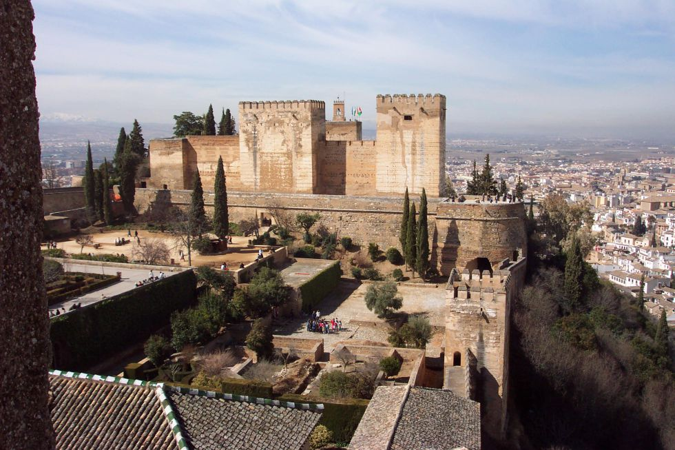 La Alcazaba y, delante, la plaza de los Aljibes, en la que después de 1492 se levantaron casas y se reutilizaron otras.