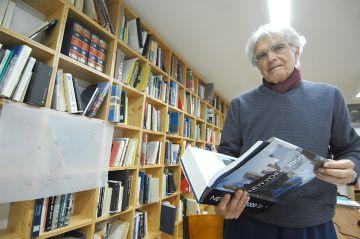 Joaquin Casariego en su biblioteca.