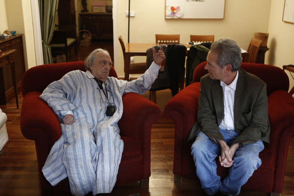 Rafael Sánchez Ferlosio (izquierda) y José Luis Pardo, en casa del primero.