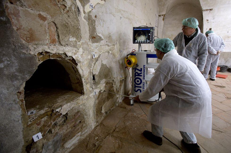 Trabajos del equipo científico que busca los restos de Cervantes en el convento de las Trinitarias.