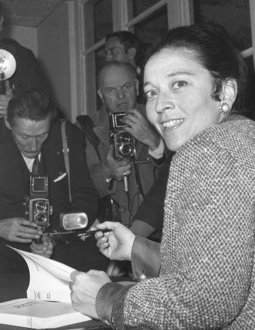 La escritora francesa Edmonde Charles-Roux firmando copias de su libro 'Olvidar Palermo', en 1966.rn