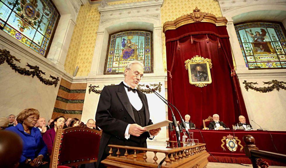 Manuel Gutiérrez Aragón durante la lectura de su discurso de ingreso en la RAE.