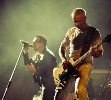Adam Clayton y Bono en un concierto en Australia, en una imagen del archivo de U2.