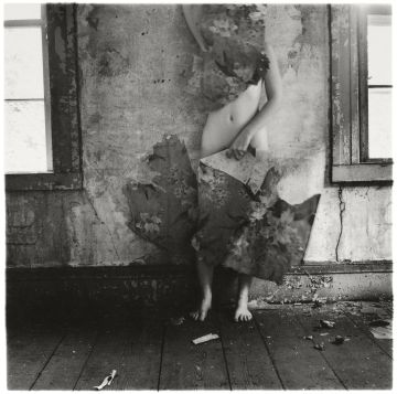 Imagen de la serie Space 2, Providence, Rhode Island, 1976 Francesca Woodman © George and Betty Woodman
