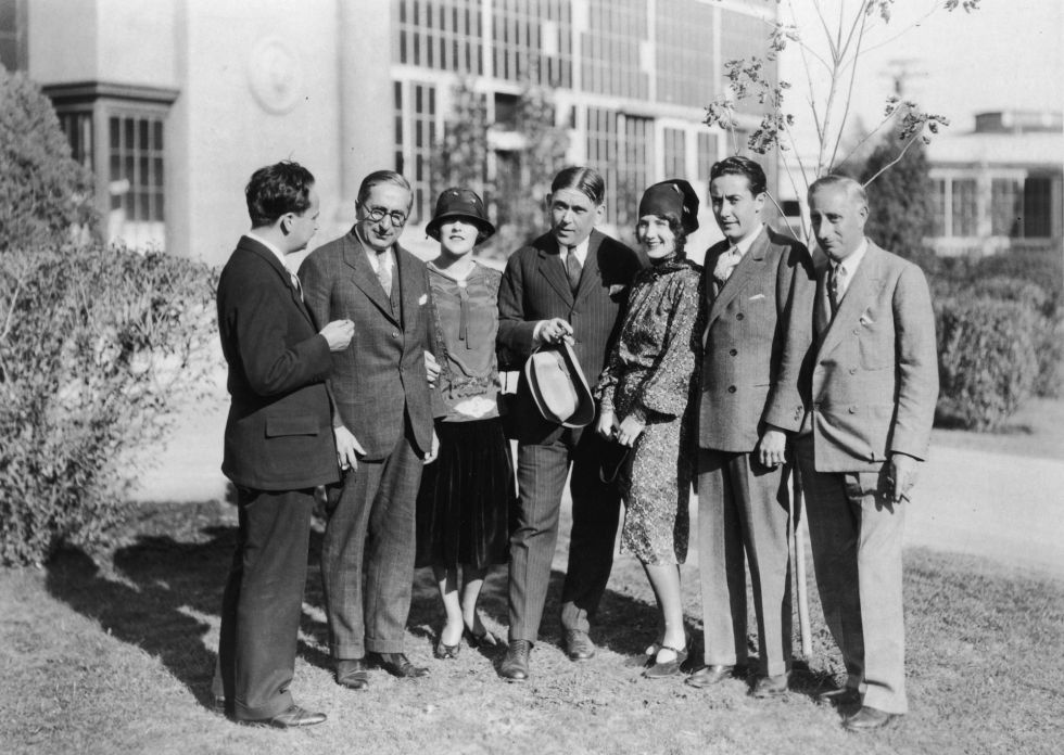 Louis B. Mayer (segundo por la izquierda) e Irving G. Thalberg (segundo por la derecha) con, entre otros, Norma Shearer, actriz y esposa de Thalberg (a su lado), en la MGM en 1930.