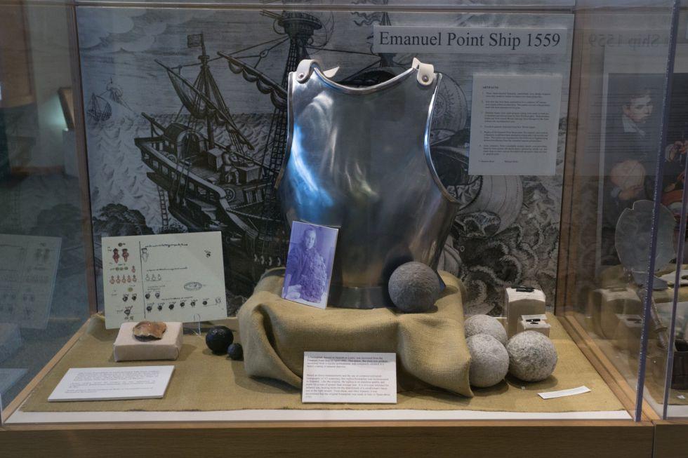 Muestras de hallazgos de artefactos rescatados de descubrimientos de el explorador Tristan de Luna y Arellano.