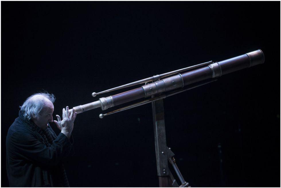 Ramon Fontseré en la 'Vida de Galileo', en el teatro Valle Inclán de Madrid.