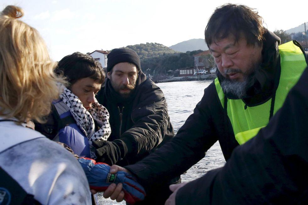 Ai Weiwei ayuda a refugiados en la isla de Lesbos esta semana.