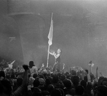 Bono, en el momento del concierto en el que ondea la bandera