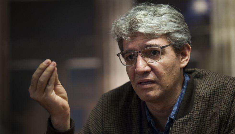 El escritor Emiliano Monge durante una entrevista con EL PAÍS en Guadalajara