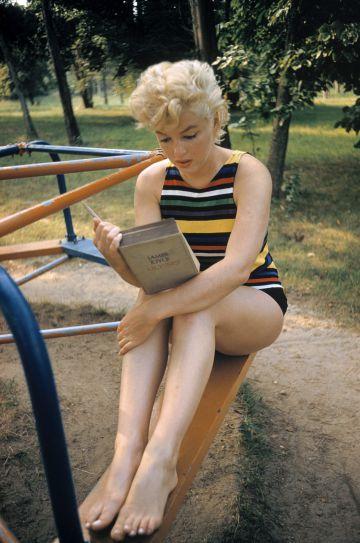 Marilyn Monroe leyendo 'Ulysses' de James Joyce, en un parque de Long Island en 1955.