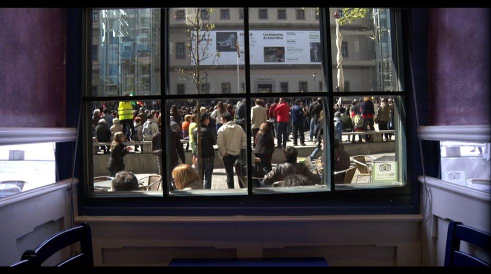 Una imagen de la película 'Informe general II', con una concentración en la plaza del Reina Sofía.