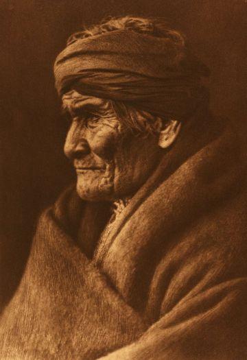 El jefe apache Gerónimo, fotografiado por Edward S. Curtis.