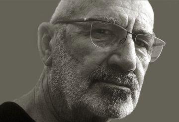 El diseñador Carlos Rolando, en una fotografía de su web.