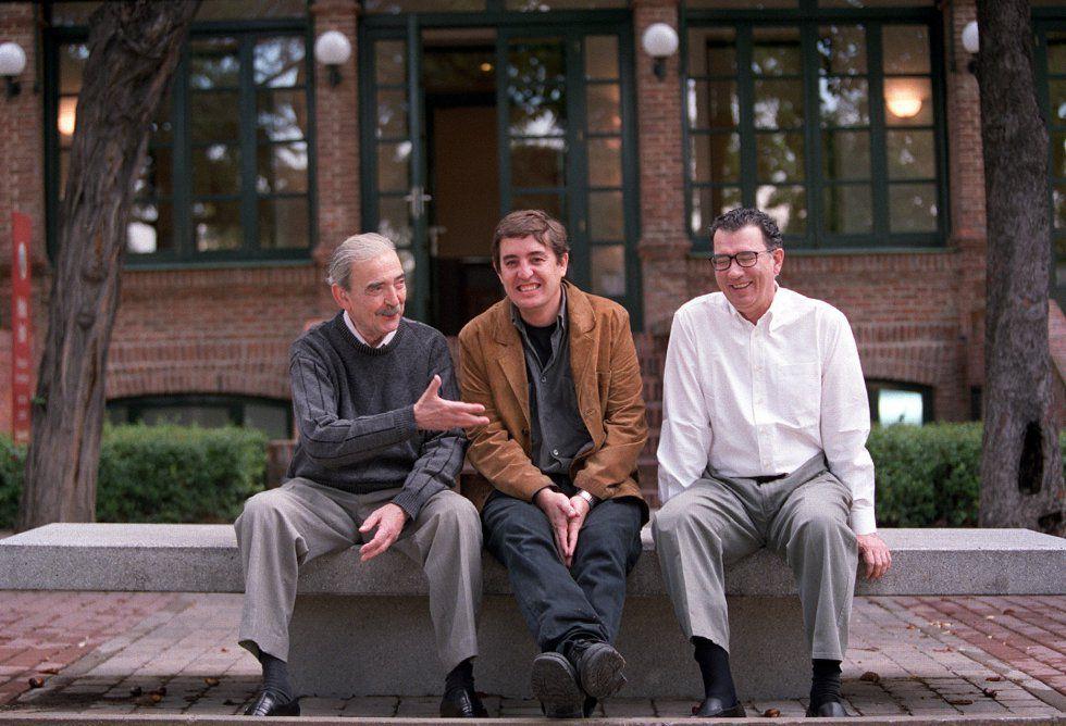 De izquierda a derecha, Juan Gelman, Luis García Montero y Darío Jaramillo en la Residencia de Estudiantes de Madrid en 2008.