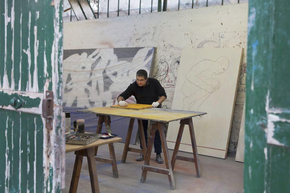 Mahi Binebine pinta en su estudio en una residencia de artistas cerca de Marraquech