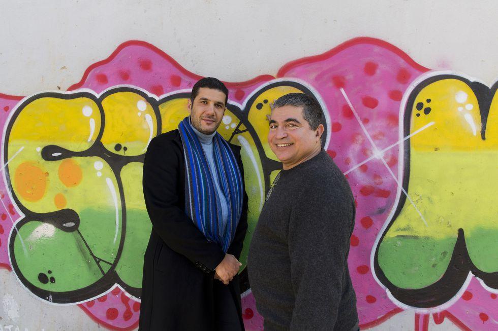 Nabil Ayouch y Mahi Binebine en el exterior del centro cultural que han impulsado en Casablanca.