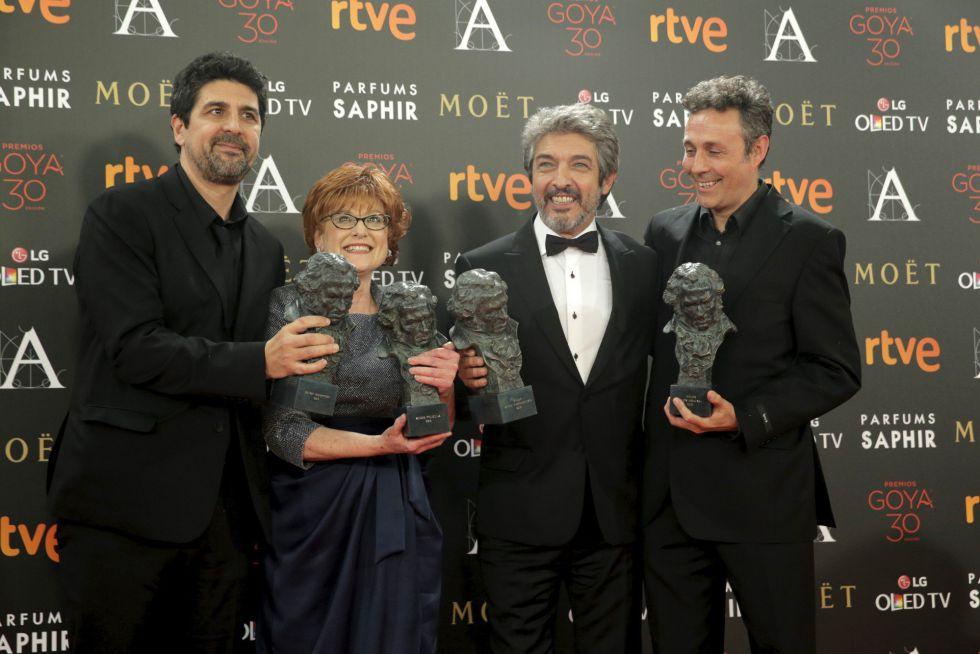 El plantel ganador por 'Truman': el director, Cesc Gay, la productora, Marta Esteban, el actor Ricardo Darín y el guionista Tomàs Aragay.
