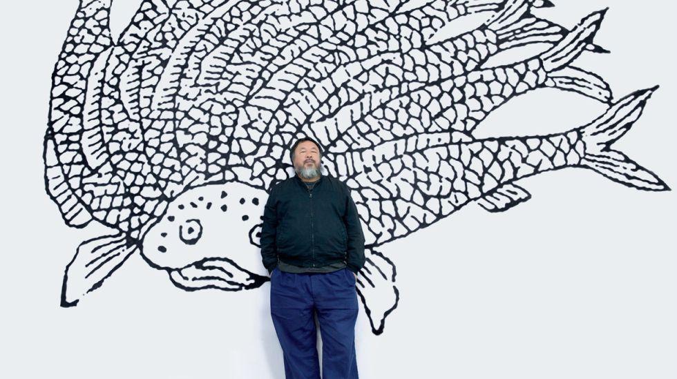 El artista Ai Weiwei, frente a una de sus obras en Le Bon Marché.