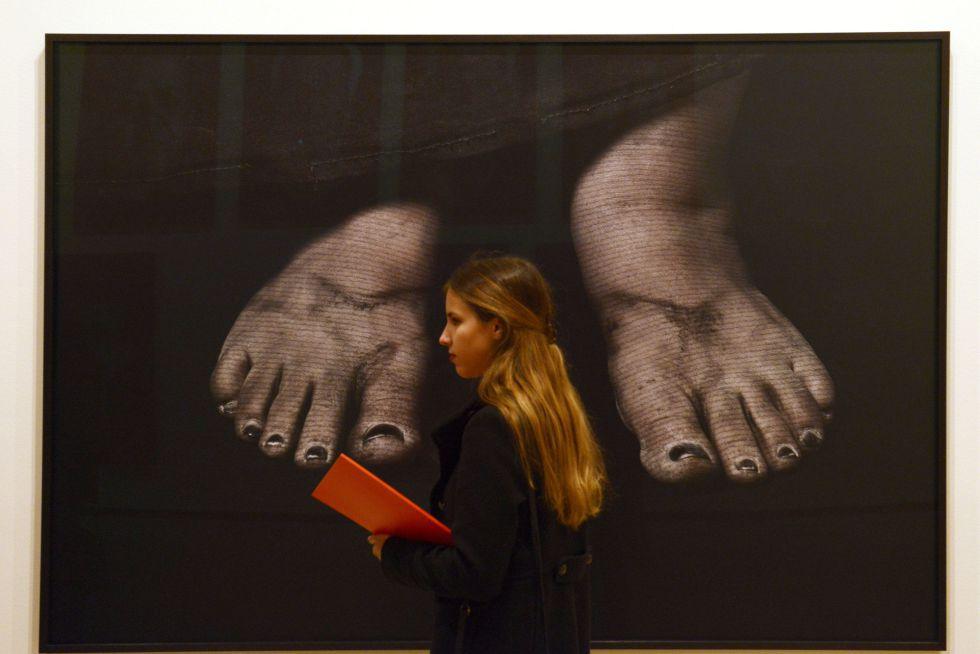Una visitante de la exposición, ante una de las obras que pueden verse en Boadilla.