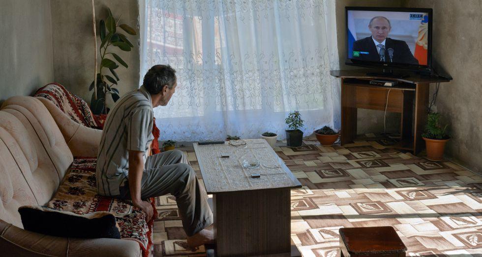 Un ciudadano se informa sobre el devenir de la vida en Rusia.