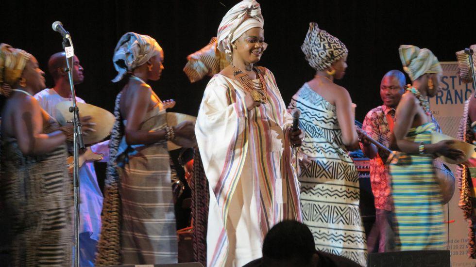 La cantante Nahawa Doumbia, una de las estrellas musicales de Malí, en plena actuación.