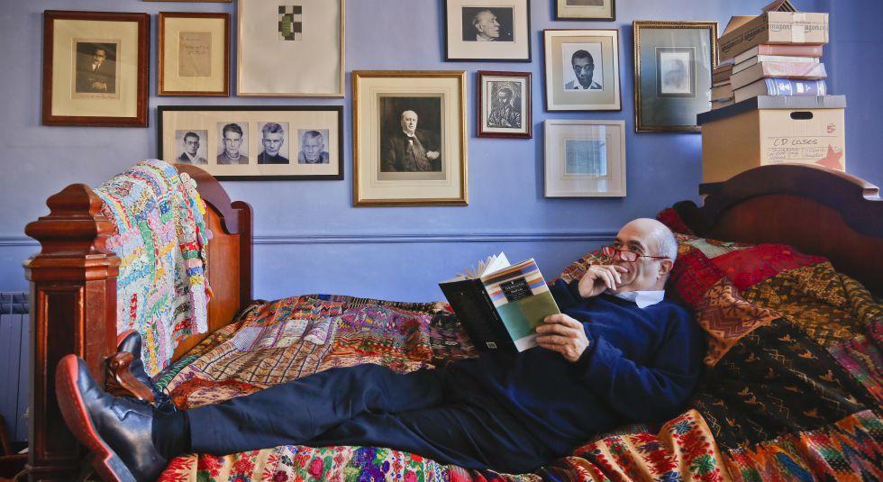 Tóibín, en su habitación con retratos de sus dioses tutelares: Henry James, Joyce, Beckett y Borges, entre otros.