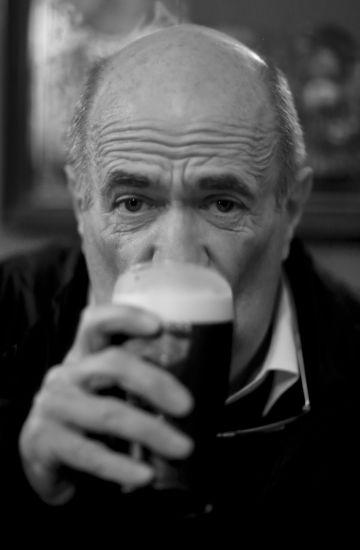 Tóibín bebe cerveza en un pub cerca de su casa de campo en Enniscorthy, donde nació.