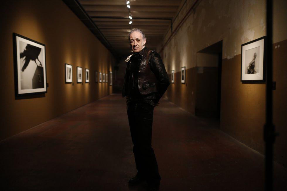 El fotógrafo Alberto García-Alix, en La Principal de Tabacalera, de Madrid, donde expone su nuevo trabajo, 'Un horizonte falso'.