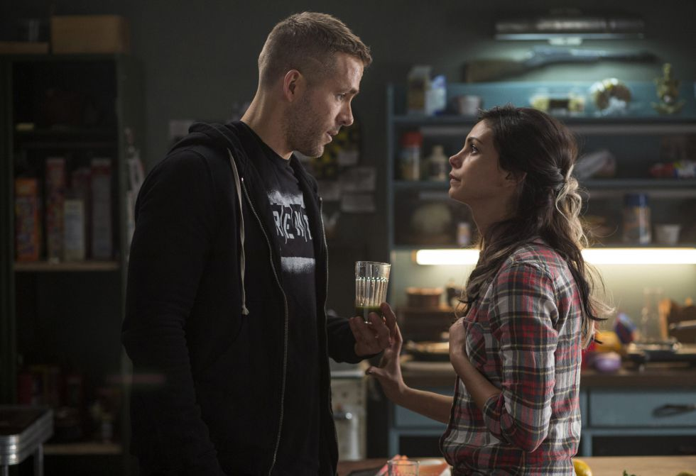 Morena Baccarin y Ryan Reynolds en una escena de Deadpool