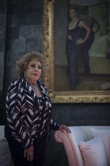 Silvia Pinal ante su retrato pintado por Diego Rivera en 1956.