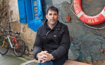 Víctor del Árbol en la localidad de Muxía, donde ambienta parte de su última novela.