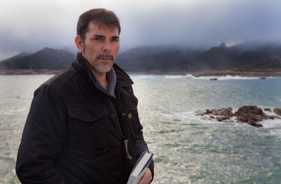 Víctor del Árbol, el jueves en Muxía (Costa da Morte).