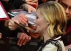 La actriz Kirsten Dunst firma autógrafos ayer, en el Festival de Berlín.