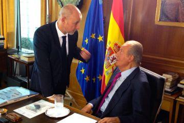 El rey Juan Carlos atiende en su despacho las indicaciones del cineasta Miguel Courtois.