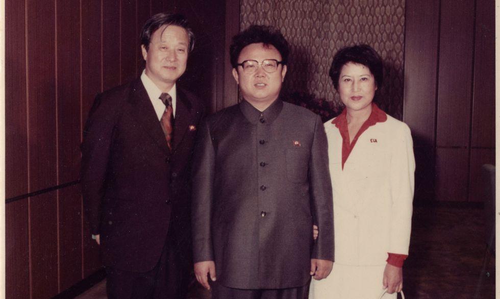 Shin Sang-ok y Choi Eun-hee flanquean a Kim Jong-il.