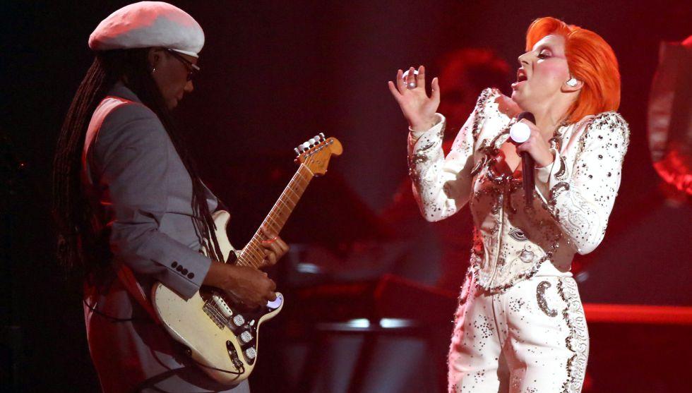Lady Gaga y Nile Rogers durante el homenaje a David Bowie.