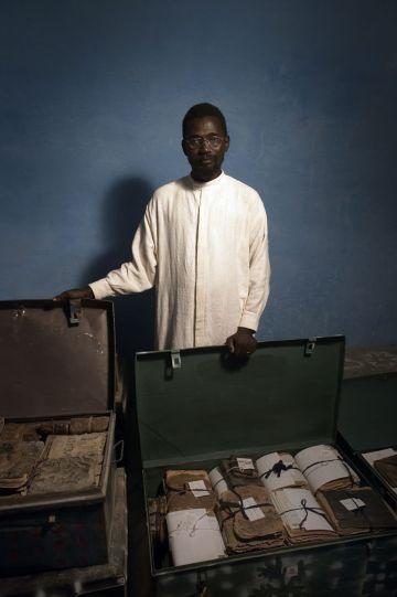 Ismael Diadié con parte de la colección.