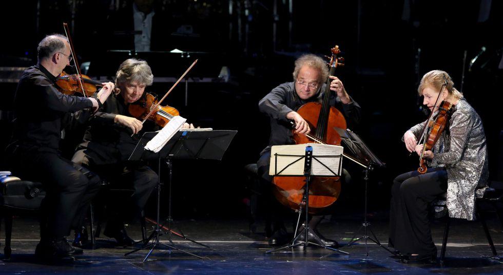 El Takacs Quartet toca durante la gala de los Grammy.
