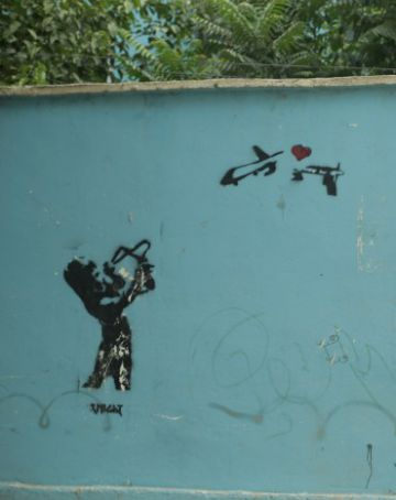 Fotograma del film 'National Bird' que muestra un grafiti en Kabul, Afganistán.