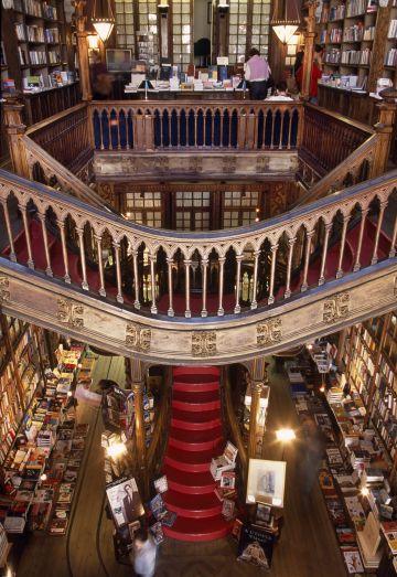Interior de la librería Lello en Oporto.