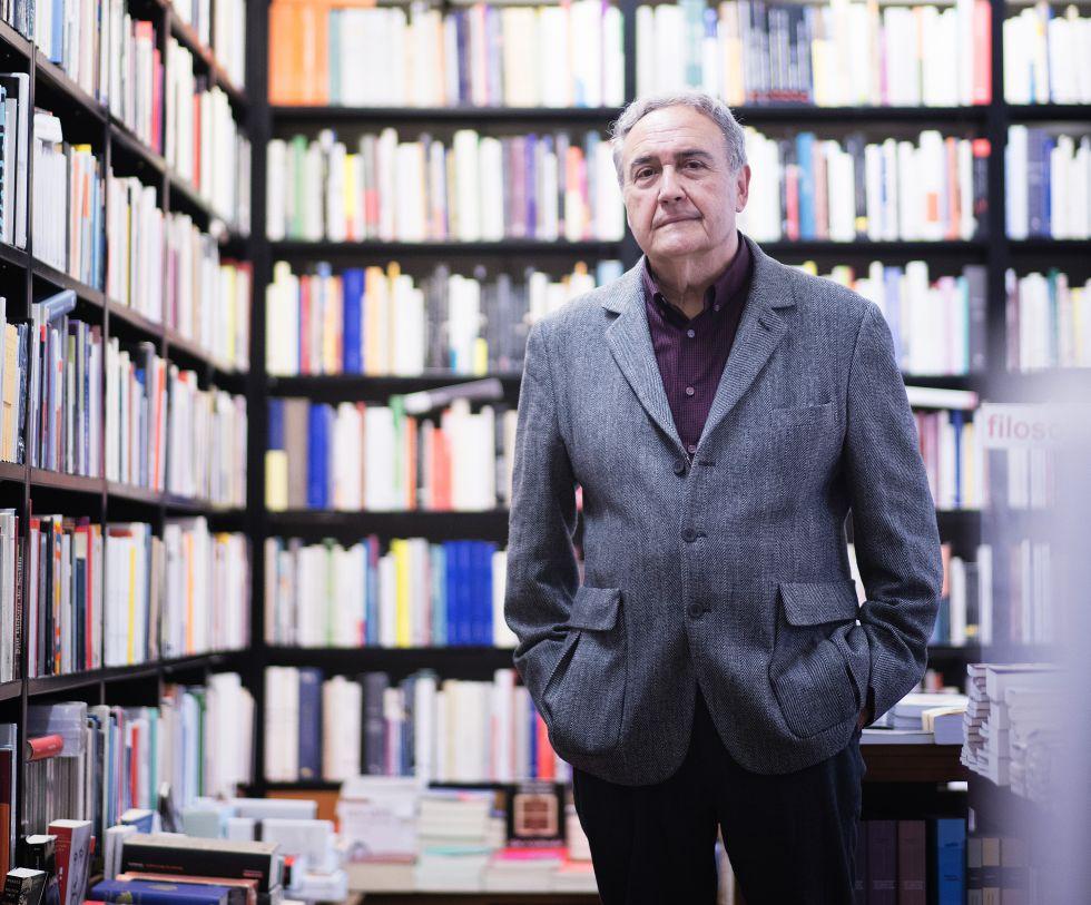 Vicente Molina Foix, en la librería La Central (Barcelona).