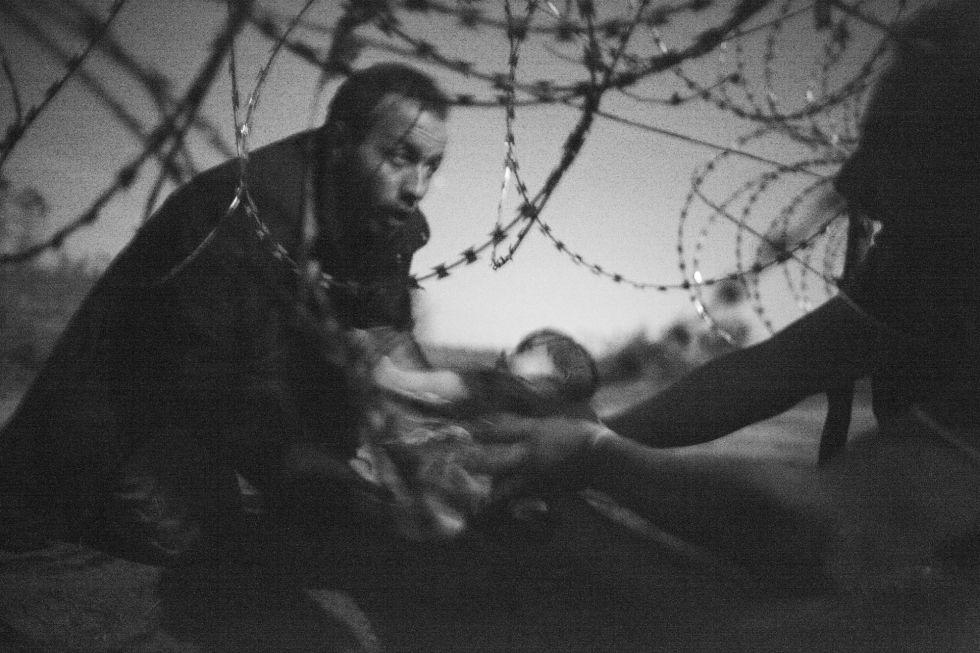 Imagen ganadora del World Press Photo, captada el 28 de agosto de 2015 en Roeszke, en la frontera entre Serbia y Hungría.