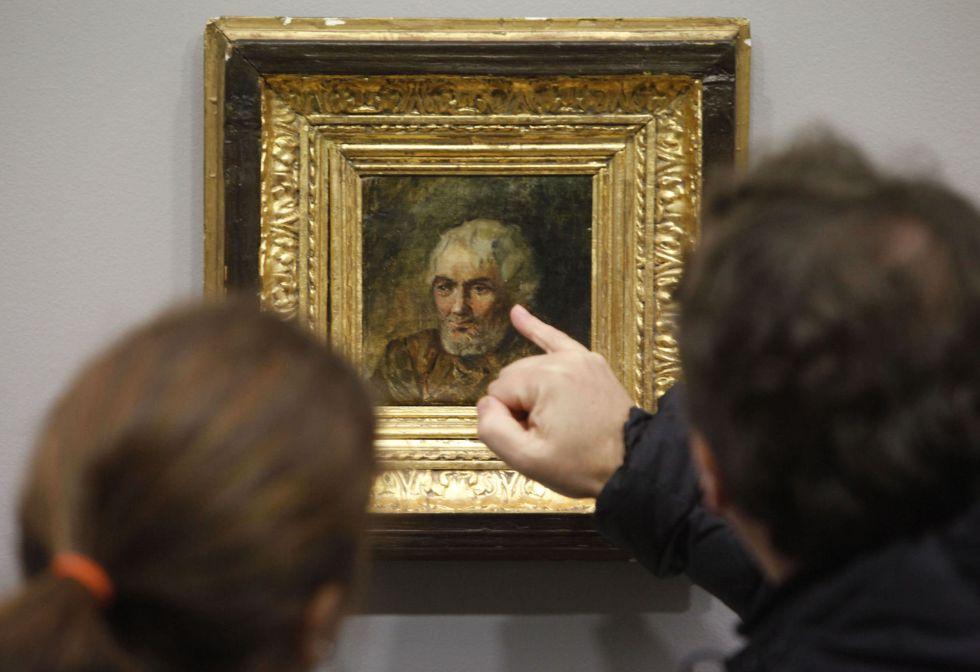 Dos visitantes de la Casa Picasso de A Coruña observan 'Retrato de hombre viejo'.