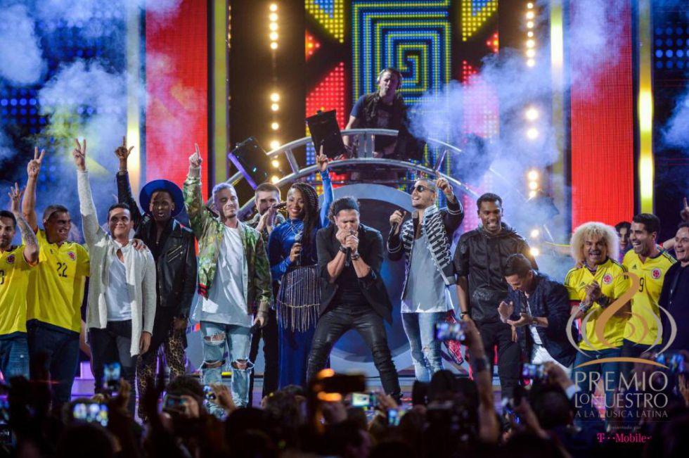 Carlos Vives canta en la gala de los premios Lo Nuestro con todos sus invitados colombianos